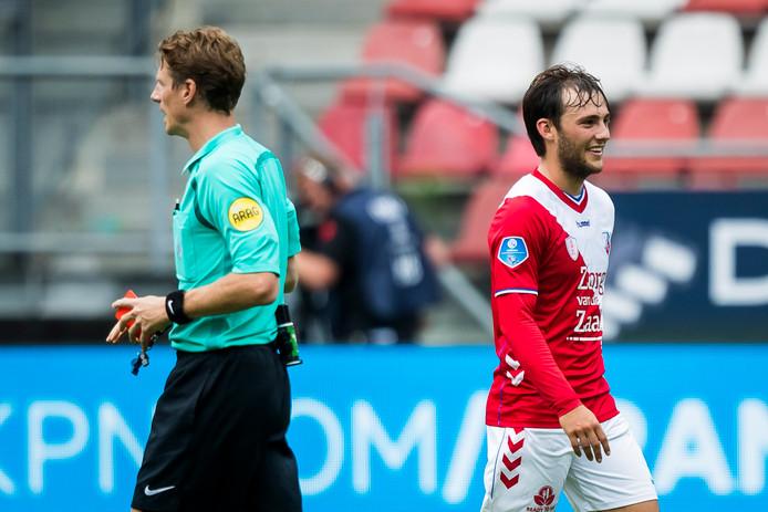 Joris van Overeem lacht nadat scheidsrechter Martin van den Kerkhof hem rood heeft voorgeschoteld.