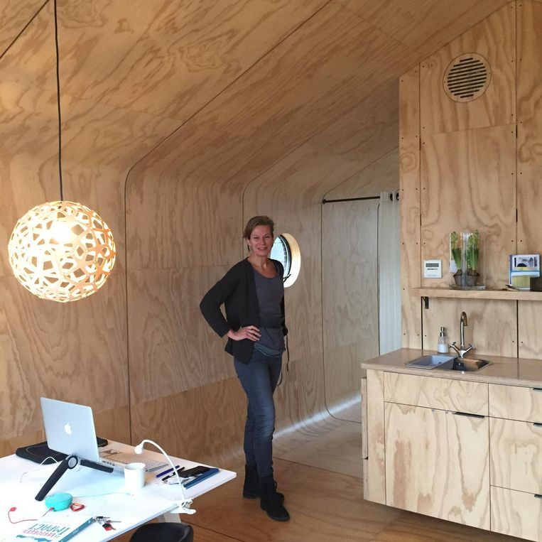 Henny Tibben in haar tiny house. Beeld