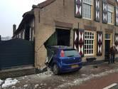 Auto rijdt woning binnen op Het Vaartje in Waspik