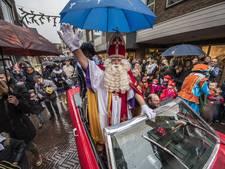 Veel kinderen bij intocht sinterklaas in Oldenzaal ondanks regen
