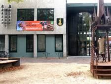 Banner huldigt Herlings op gemeentehuis Sint Anthonis