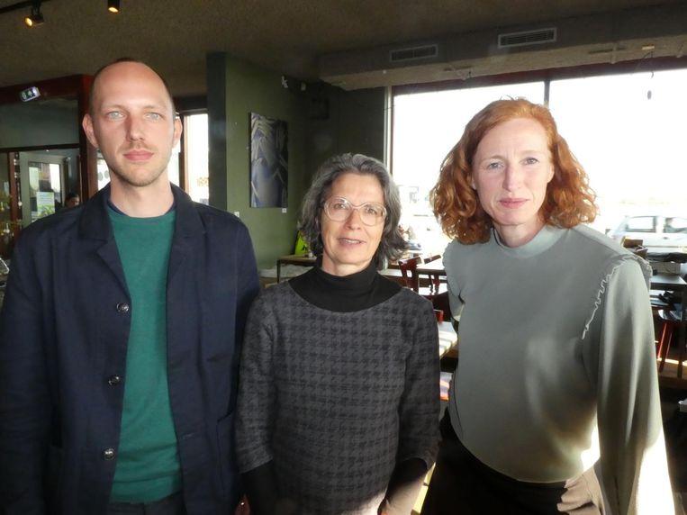 Team gebiedsontwikkeling van de gemeente Amsterdam: Thomas Reus, Ellen Monchen en Yvette de Roos. De Roos doet elk bouwproject versnellen, laat ik me vertellen. Beeld Hans van der Beek