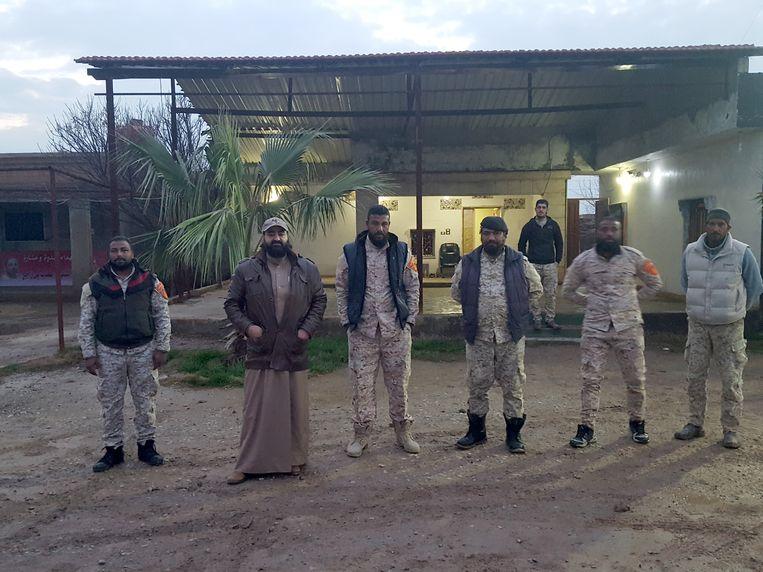 Sjeik Bandar al-Humaydi met een deel van zijn militie: 'Wij hadden het gevecht tegen IS in één dag kunnen afronden'.  Beeld Hans Jaap Melissen