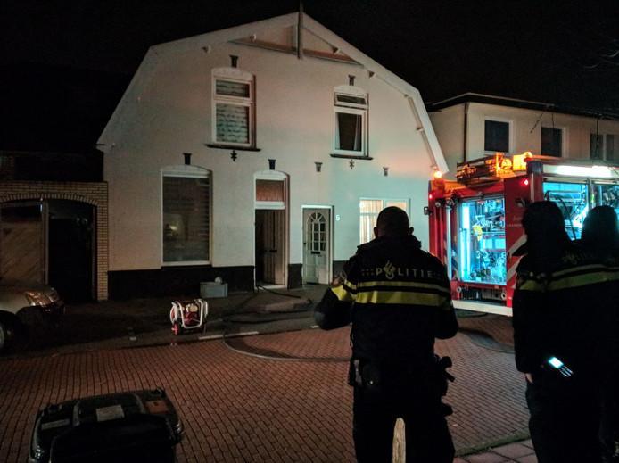 De brand woedt in een woning aan de Resedastraat.