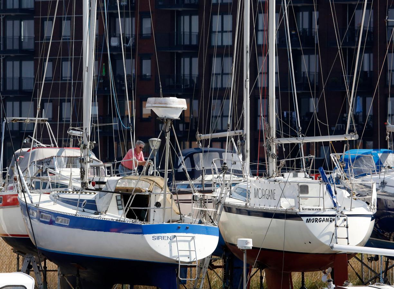 In Terneuzen werkt Siebe Mooiweer aan zijn zeilschip,  Siren. Dat  zou eigenlijk vorig weekend al in het water gehesen worden.