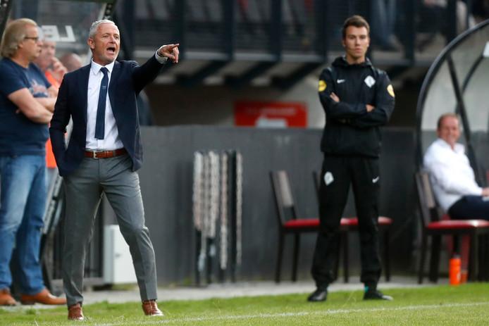 NEC-trainer Jack de Gier geeft aanwijzingen bij zijn debuut als trainer van NEC.