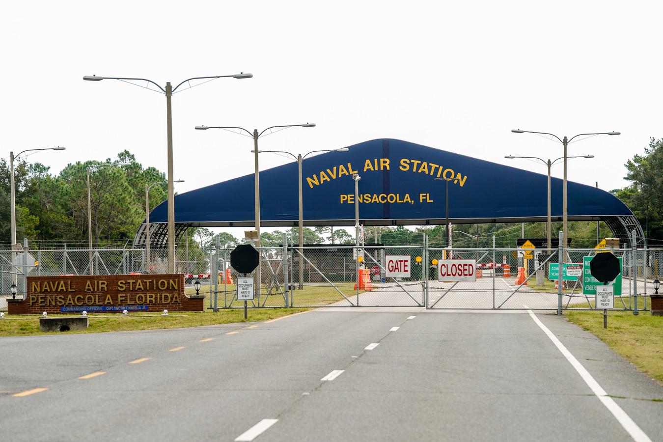 De ingang van de Amerikaanse marinebasis in Pensacola, Florida waar een lid van de Saoedische luchtmacht vrijdag drie Amerikaanse militairen doodschoot.