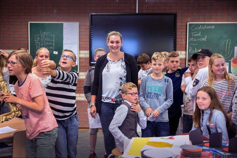 Op het Kids College in Wilnis staat uitzendjuf Celine van den Bosch nu vijf dagen per week voor groep 8. Ze maken zich op voor de eindmusical.  Beeld Werry Crone