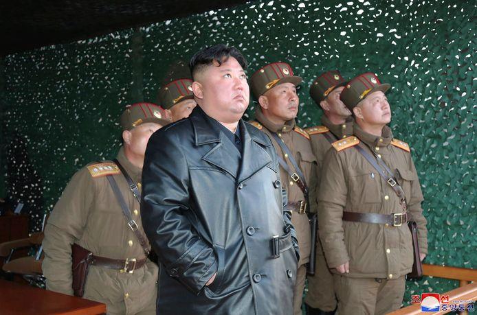 De Noord-Koreaanse leider Kim Jong-un bedankt Donald Trump voor diens brief maar dat weerhoudt hem niet van testvluchten met raketten. Zaterdag woonde hij een proef bij van raketten voor de korte afstand.  (Foto AP/Korean Central News Agency)