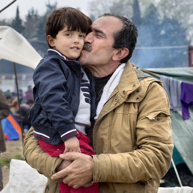 Ali (51) met zijn zoontje Othman (3,5). Beeld null