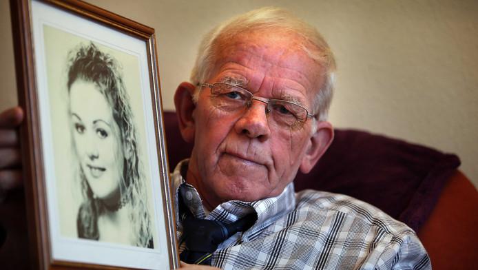 Bauke Vaatstra, de vader van de vermoorde Marianne Vaatstra, toont een foto van zijn dochter.