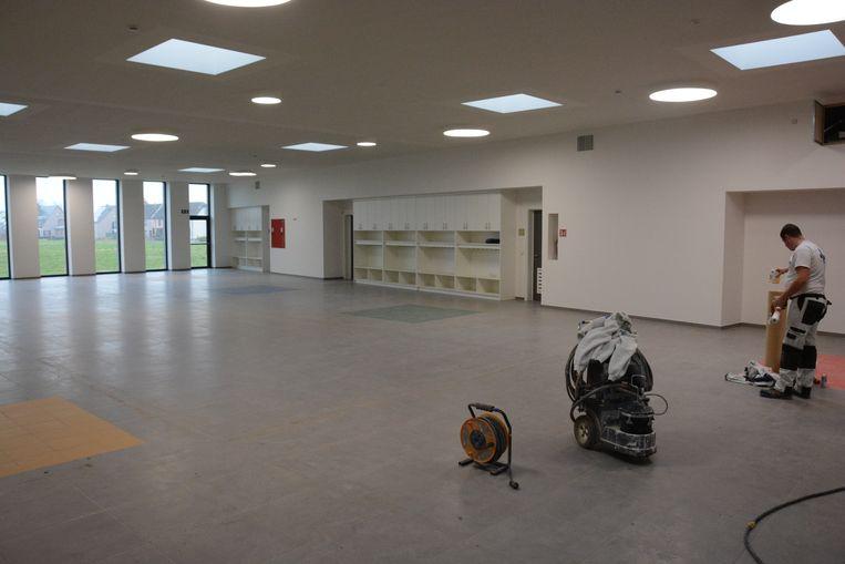 Het pronkstuk van de school is de overdekte speelruimte waarop elke klas uitkomt.