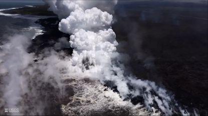 Golven exploderen in spectaculaire wolk van stoom wanneer ze tegen lava botsen op Hawaï
