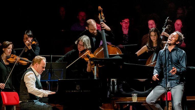 Een afgeladen Grote Zaal van het Concertgebouw genoot met volle teugen van Typhoon en Amsterdam Sinfonietta Beeld Ferdy Damman