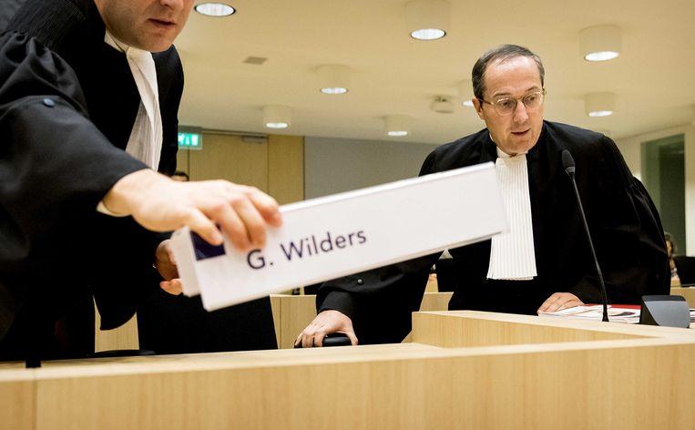 Advocaat Geert-Jan Knoops installeert zich in de rechtbank op Schiphol. Beeld null