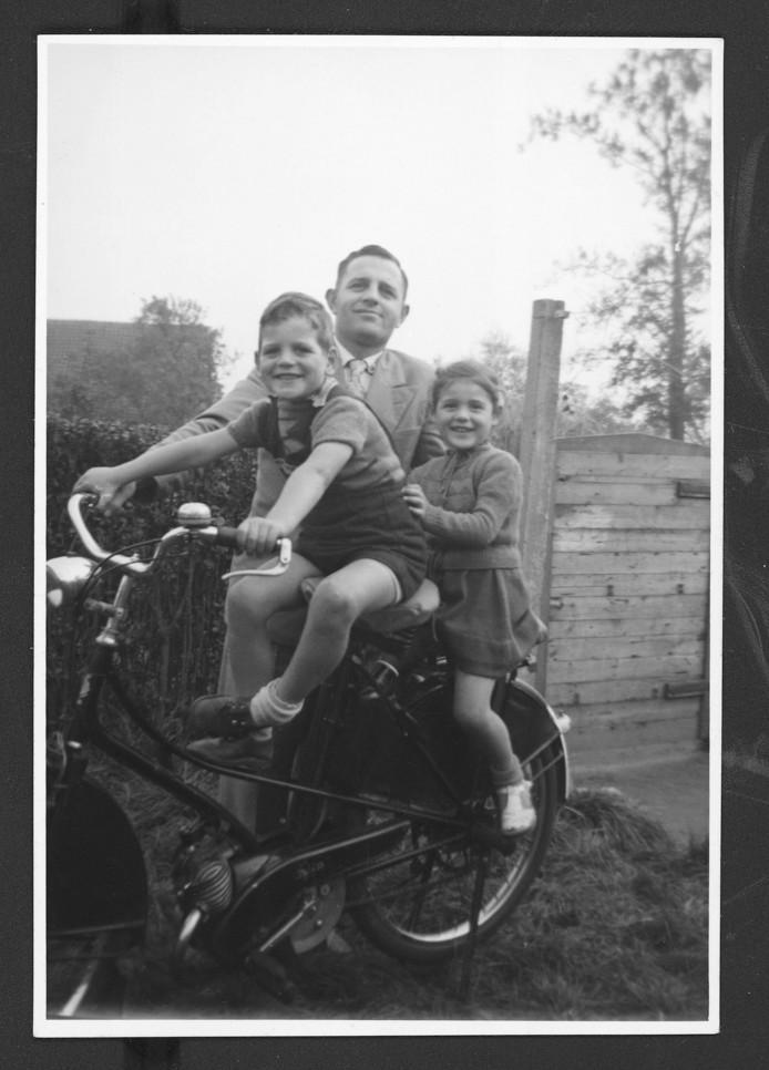Foto rechts: Adri met z'n vader en zus in de tuin van hun huis aan 't 'strontstrietje' op Hulst.