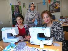 Ladan en Farida maken mondkapjes voor het hele  Middelburgse azc