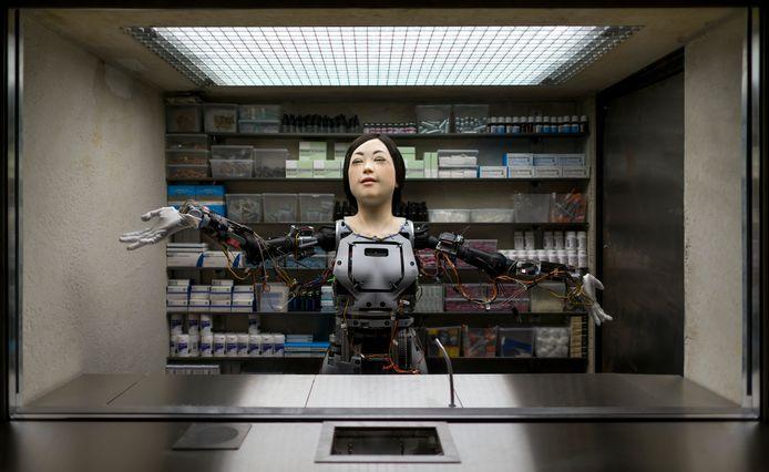 De drugs en medicijnen verstrekkende robot Amy van kunstenaar Dries Verhoeven