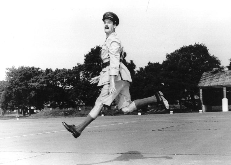 John Cleese in de film Privates on Parade Beeld null
