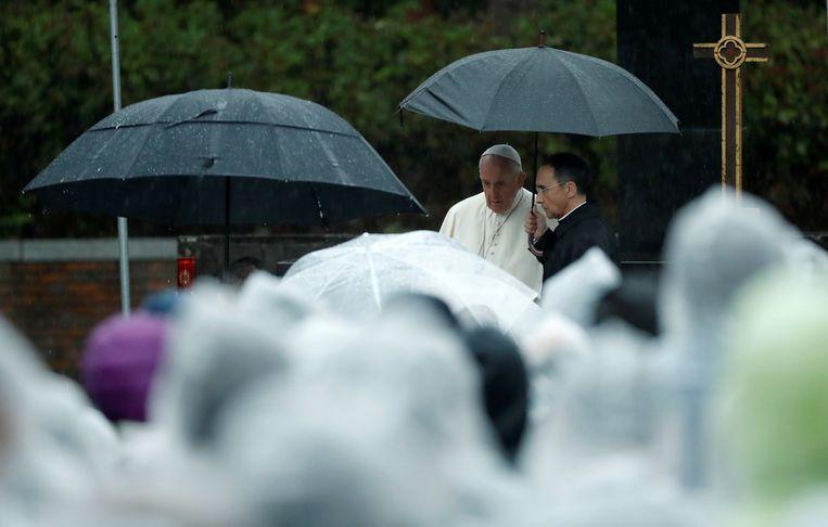 Paus Franciscus bij zijn aankomst bij het Atomic Bomb Hypocenter Park in Nagasaki.