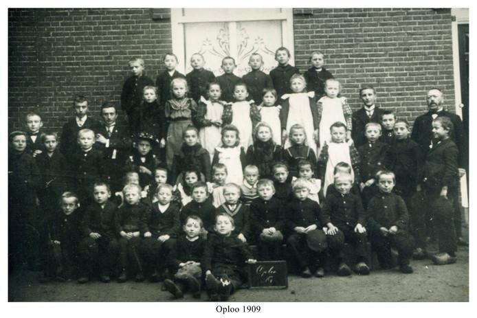 De eerste klassenfoto ooit in Oploo, gemaakt in 1909.