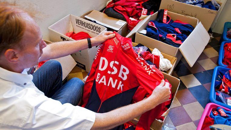 Een geïnteresseerde bekijkt de inventaris van de failliete DSB-bank tijdens een kijkdag in 2011. Beeld anp