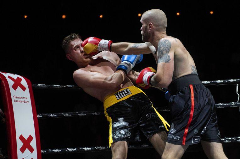 Jan Julius Humme (blauwe handschoenen) tegen Nick Postman (rood). De partij eindigde onbeslist. Beeld anp