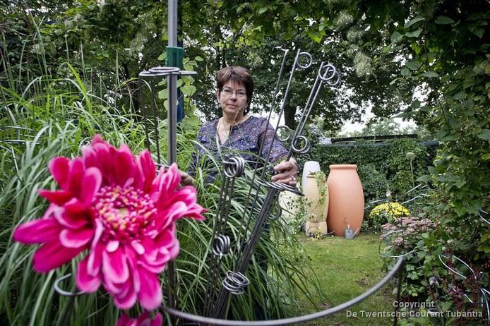 Giny de Graaf van De Tuinfee helpt mensen graag om problemen bij tuinieren op te lossen. Foto: Emiel Muijderman