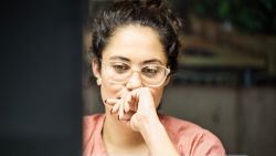 Vrouwen voelen dubbel zoveel druk om buiten de kantooruren te werken
