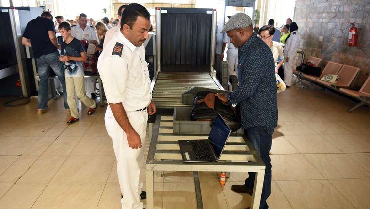Een Egyptische beveiligers controleert bagage op de luchthaven van Sharm el-Sheikh Beeld afp