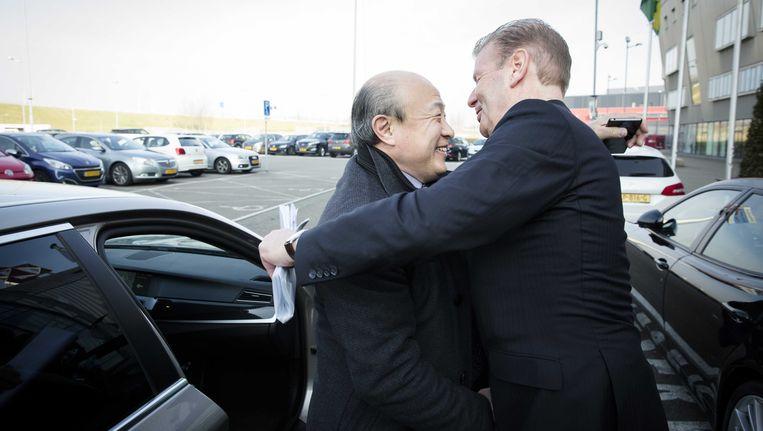 Wang wordt ontvangen door Jan Willem Wigt, directeur ADO Den Haag. Beeld anp