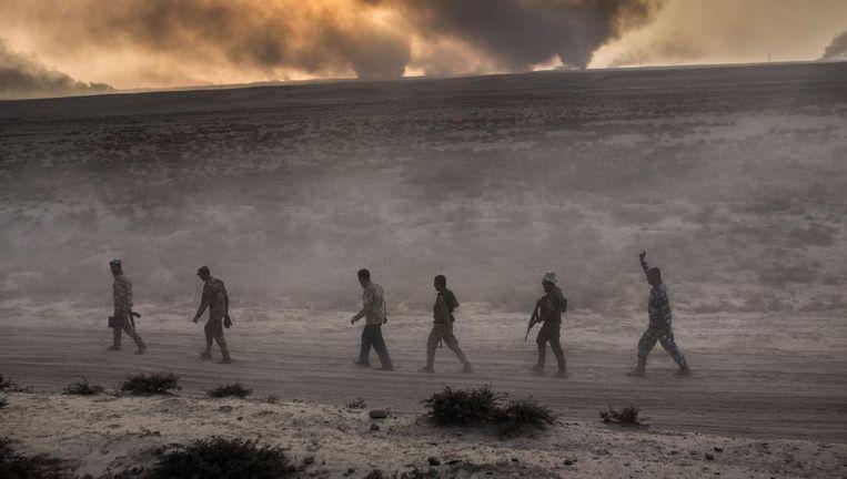 Iraakse soldaten marcheren door de woestijn zo'n 60 kilometer ten zuiden van Mosul Beeld afp