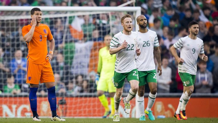 Jeffrey Bruma (L) baalt na de 1-0 van Shane Long (R) van Ierland tijdens de oefeninterland. Beeld anp