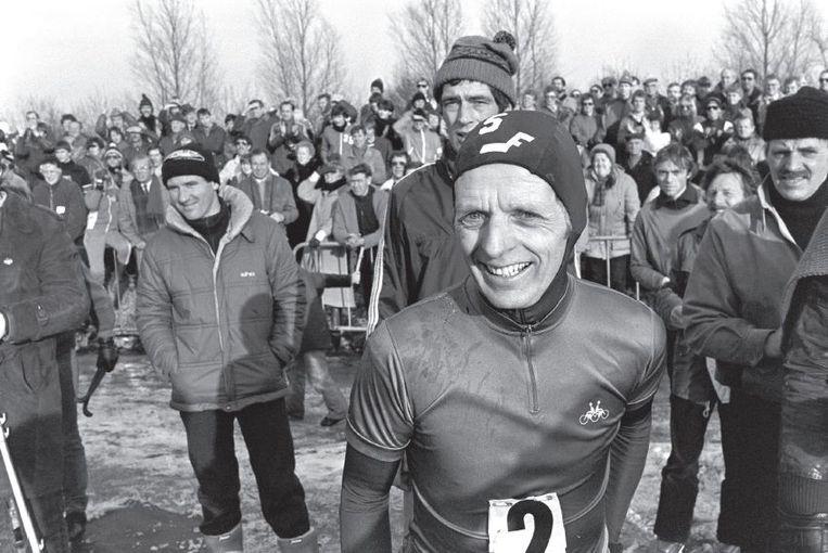De Rottemerentocht van 1982, waar de dan 54-jarige Jeen van den Berg net over de finish komt. Beeld Bert Verhoeff
