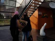 Fraai gebaar: meisjes brengen bloemen bij belaagde politieagenten in Veenendaal