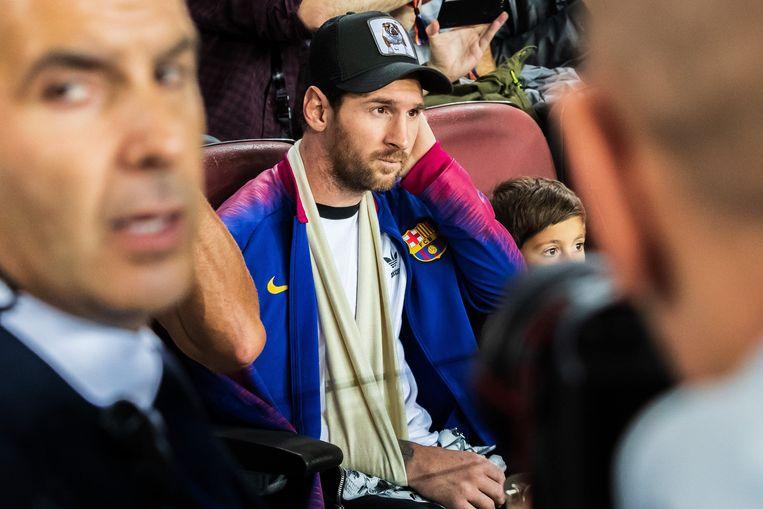 Lionel Messi in de tribunes.