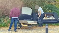 Vader en zoon dumpen schaamteloos hun oude zetel langs de weg in Gentbrugge