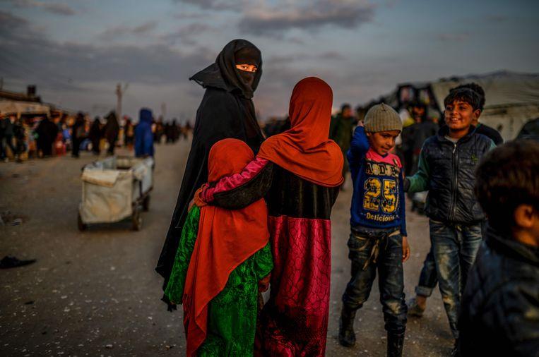Vrouwen en kinderen in het Koerdische detentiekamp Al Hol.  Beeld AFP