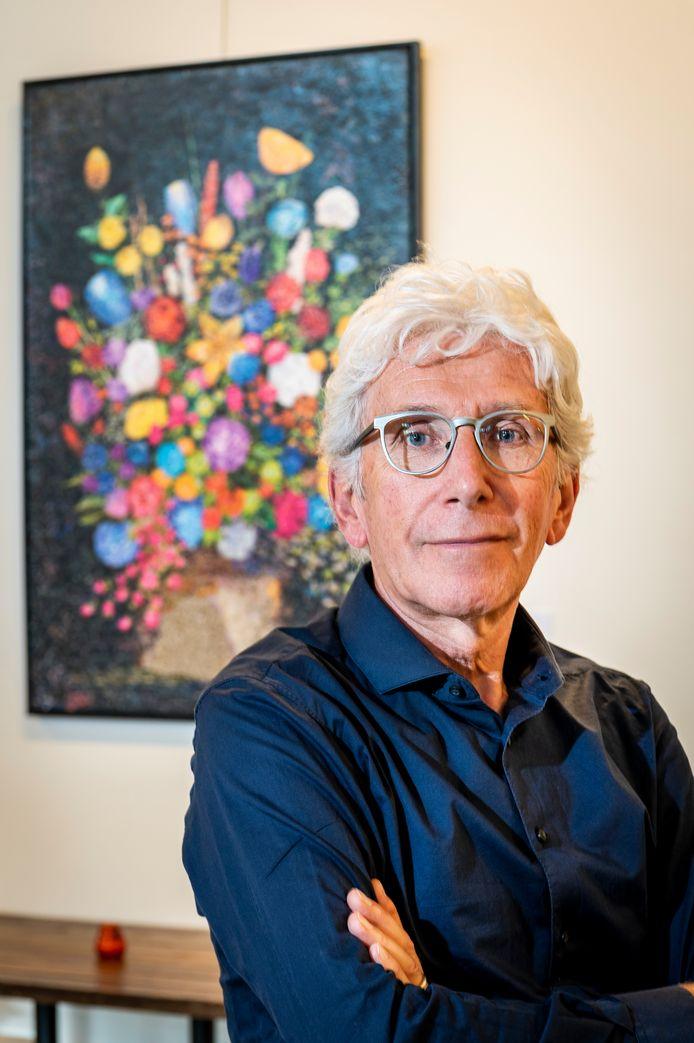 Henk Huijbers maakte 'Pot met bloemen' uit duizenden stukjes papier. Hij doet voor het eerst mee aan een expositie.