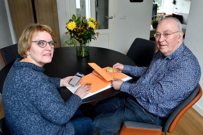 Janny en Gert van de Kuilen willen graag voor hun klein- én pleegzoon een bankrekening openen.