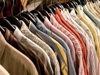 Koppel vist zakken kledij uit textielcontainer, maar wordt betrapt
