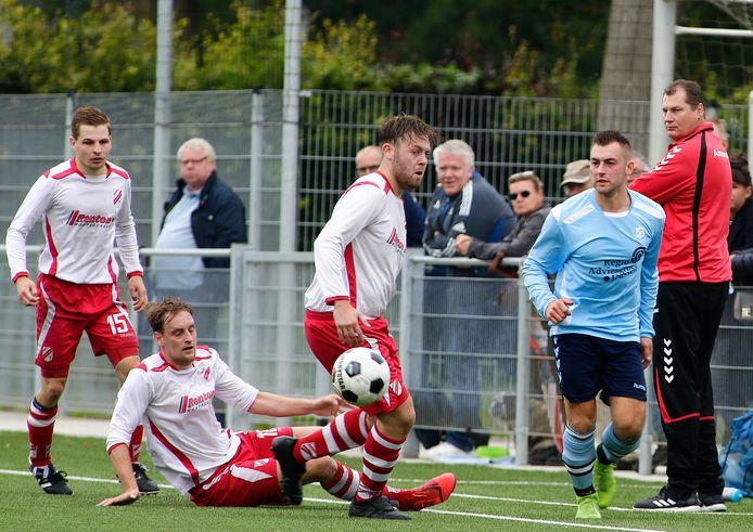 NOAD'32-nieuwkomer Stephan Stevens (r) maakt het drie Jan van Arckel-spelers lastig.