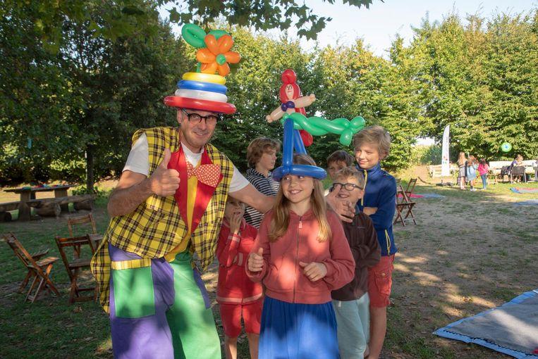 Kinderen in de rij voor de ballonplooier.
