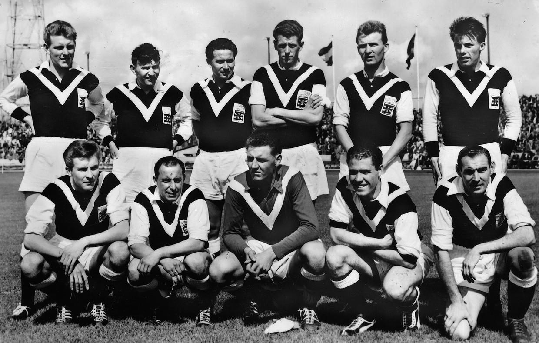 Het team van Sportclub Enschede in de jaren vijftig, met midden onder Jan van de Wint. Beeld