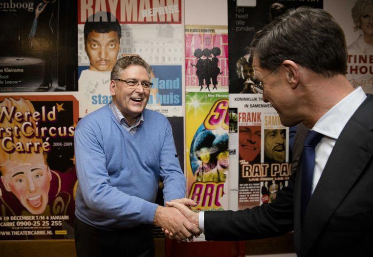 Henk Krol neemt na afloop de felicitaties in ontvangst van Mark Rutte. Beeld anp