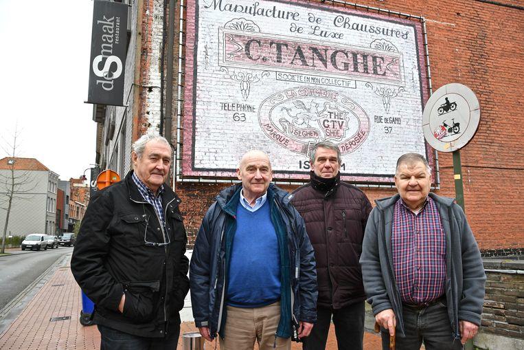 Ex-brandweermannen Gerard Raedt, Jacques Varrewaere, Roger Eeckhout en Tillo Werbrouck blikken terug op de brand in schoenfabriek Tanghe, vlakbij een reclamepaneel in de Gentstraat  dat nog naar de gloriedagen van het bedrijf verwijst.