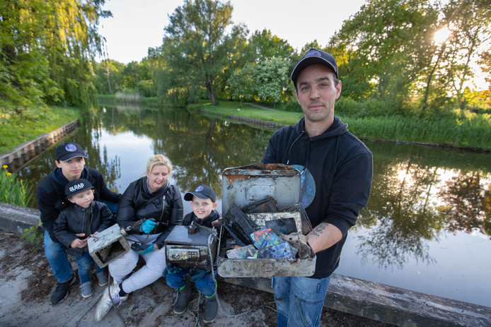 Magneetvissers Betty en Daan Staal uit Lelystad met hun kinderen Ryan, Jesse en Milan.