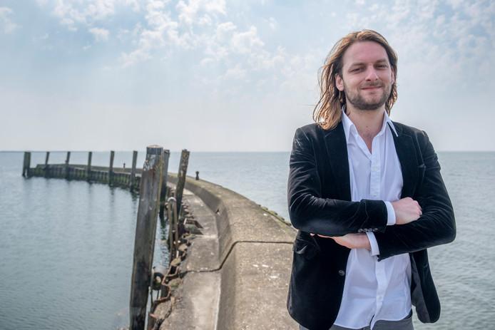René Geelhoed vindt zijn rust in Zeeland, hier bij de Heerenkeet aan de Oosterschelde. Als Rene Sebastian valt hij ook terug op zijn 'andere' roots: klassieke pianomuziek
