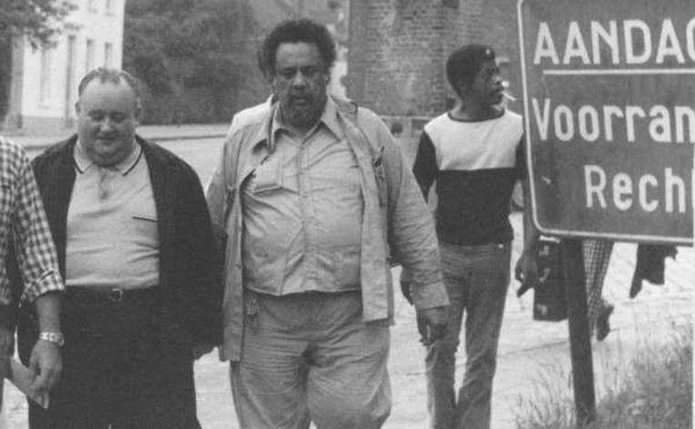 Juul bracht verschillende bekende jazzmuzikanten naar Heist-op-den-Berg. Hier wandelt hij naast Charles Mingus.