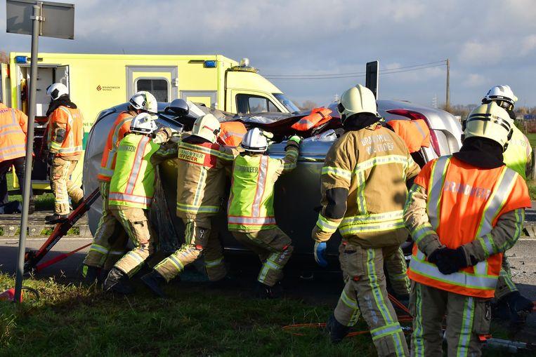 Na het nodige knipwerk, met een hydraulische schaar, plooiden de brandweerlui het dak over van de Opel Astra.